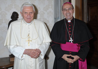 Benedicto XVI con Mons. Velasio