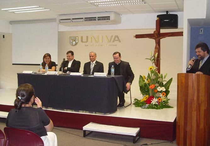 El Lic. Alonso Parra presenta (de izquierda a derecha) a Diana Milena, Mons. José Francisco González, Mons. Guillermo Alonzo y al P. Manuel Romero, L.C.