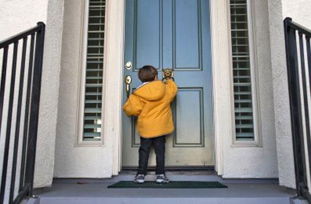 Niño tocando puerta
