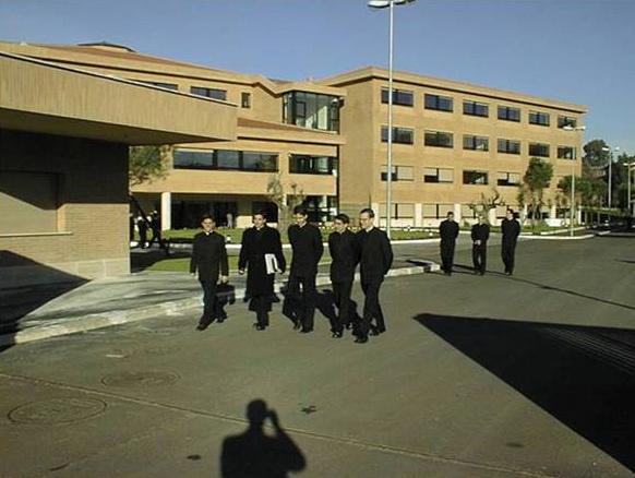 Algunos estudiantes durante uno de los momentos de pausa en el Ateneo Pontificio Regina Apostolorum.
