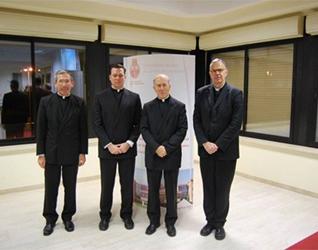 El P. Contat (primero de derecha a izquierda) con algunos profesores de la facultad de filosofía (de izquierda a derecha: P. Jesús Villagrasa, P. Jason Mitchel, P. Rafael Pascual, decano de la facultad).