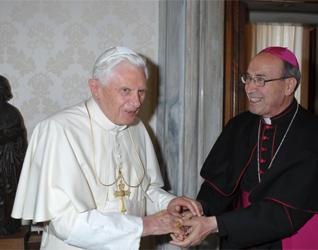 El Papa Benedicto XVI recibe en audiencia a Mons. Velasio De Paolis, C.S. (Foto: L´Osservatore Romano).