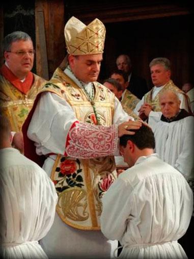 Mons. Moser durante la imposición de las manos al padre Walter.