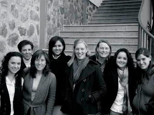 Cristina Danel (primera en la fila de atrás, de izquierda a derecha), en la convención nacional de Juventud Misionera de 2013, con el equipo de misiones de México Poniente.