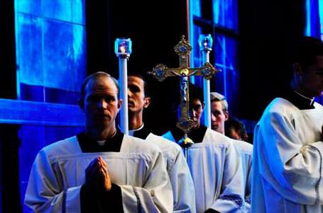 Religiosos legionarios acolitando en la misa  de los obispos en el Santuario del la <em>Madonna del Divino Amore</em>, en Roma
