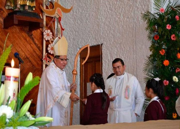 Mons. Crispín Ojeda entregó un crucifijo a cada uno de los alumnos, al lado está el P. Dennis Venegas, L.C.