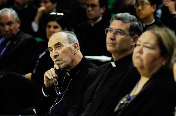 El Delegado Pontificio, Card. Velasio De Paolis, escucha los testimonios de los miembros laicos del Regnum Christi.