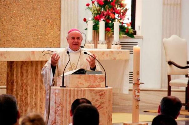 Mons. Vincenzo Paglia, presidente del Pontificio Consejo para la Familia, presidió la concelebración eucarística del primer día del congreso en la capilla del Centro de Estudios Superiores.