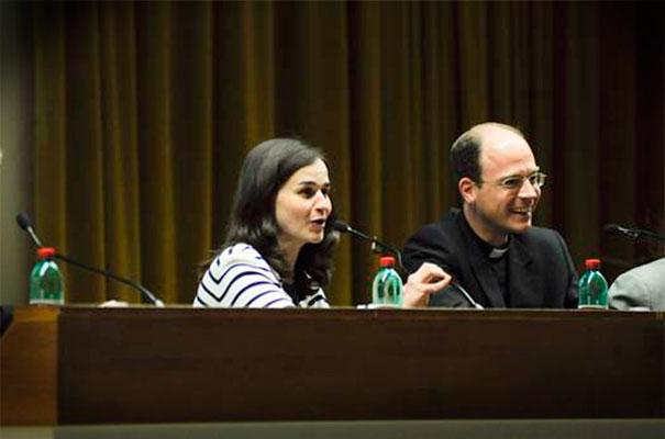 Gloria Rodríguez y el padre Sylvester durante la sesión de preguntas al final del segundo día