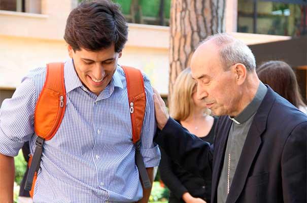 El Card. Velasio de Paolis saludando a Francisco Gámez, en la sede de la Dirección General de la Legión de Cristo y del Regnum Christi.