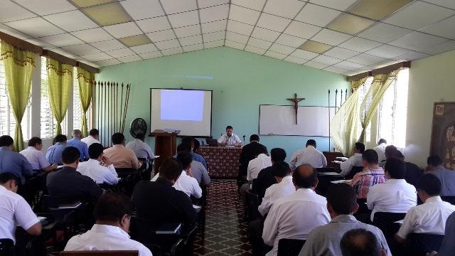 El P. Dennis Doren, LC durante una de las predicaciones.