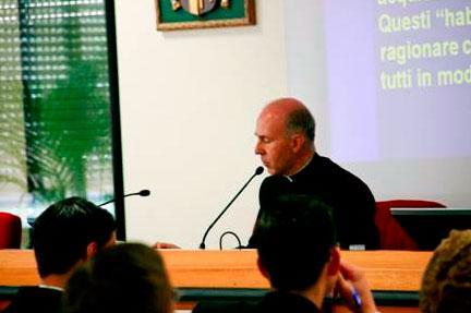 El padre Rafael Pascual, decano de la facultad de filosofía, durante una de las clases a los alumnos de nuevo ingreso.