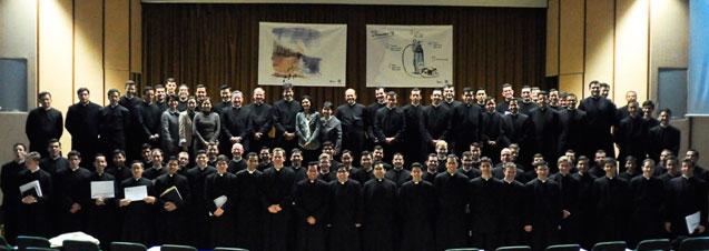 Religiosos do bacharelado em filosofia após receberem o seu diploma.