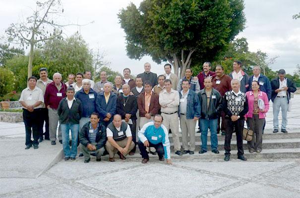 Algunos Evangelizadores de Tiempo Completo con el P. Luis Carmelo Suena, L.C.