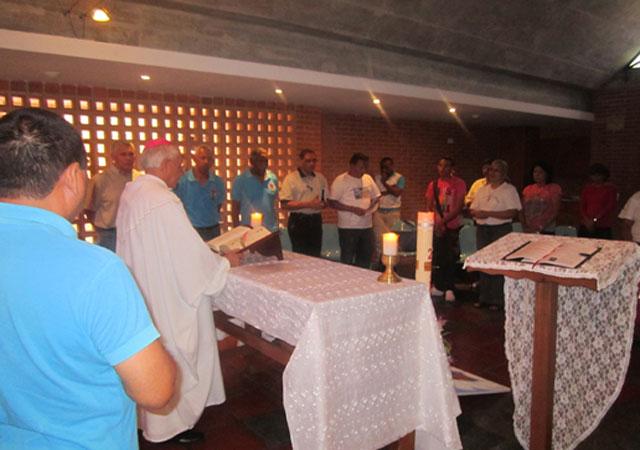 Un momento durante la misa con Mons. Fernando Castro.