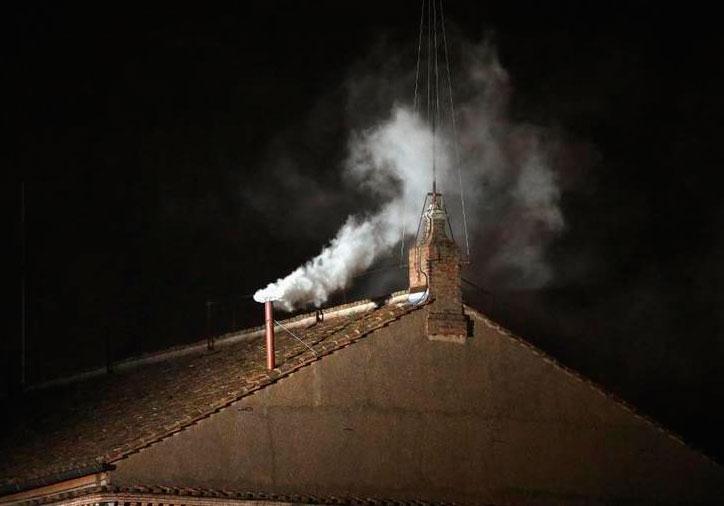La fumata blanca de la chimenea de la Capilla Sixtina.