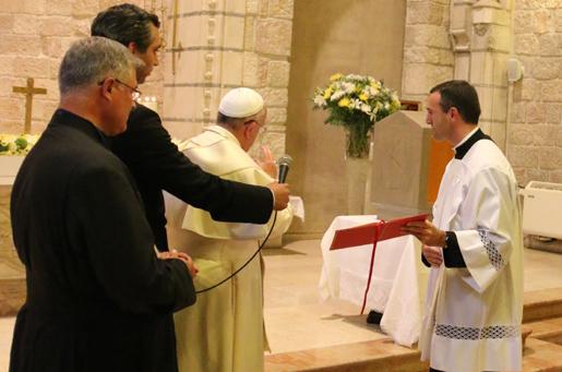 Papa Francisco abençoa o sacrário da capela