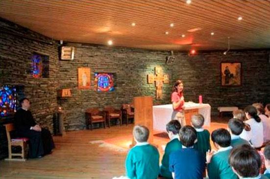 Gaëtane Auger impartiendo una meditación durante una peregrinación a Lourdes.