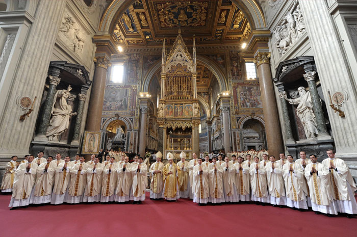 Foto de grupo al final de las ordenaciones sacerdotales