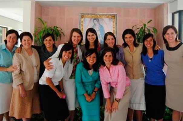 Generación de 4º del Centro Estudiantil de Monterrey con Cecilia Núñez, Martha Alicia Obregón y Maria Brackett.