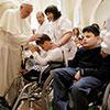 El Papa Francisco en fotos de archivo saludando algunos enfermos