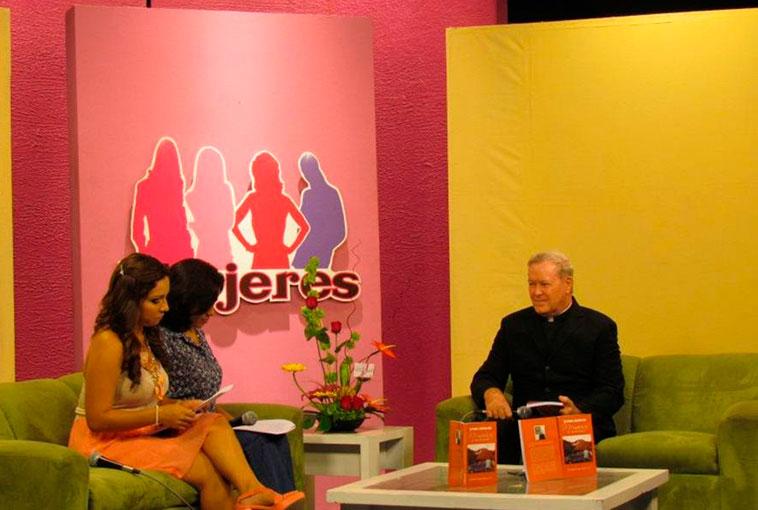 Presentando su libro �Memorias de un misionero� en el canal de televisión de Chetumal.