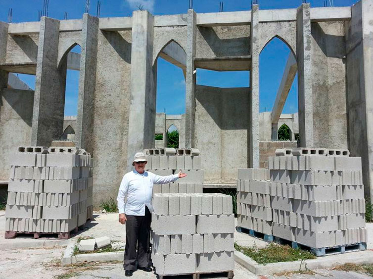 En medio de la construcción de la nueva parroquia en Chetumal.