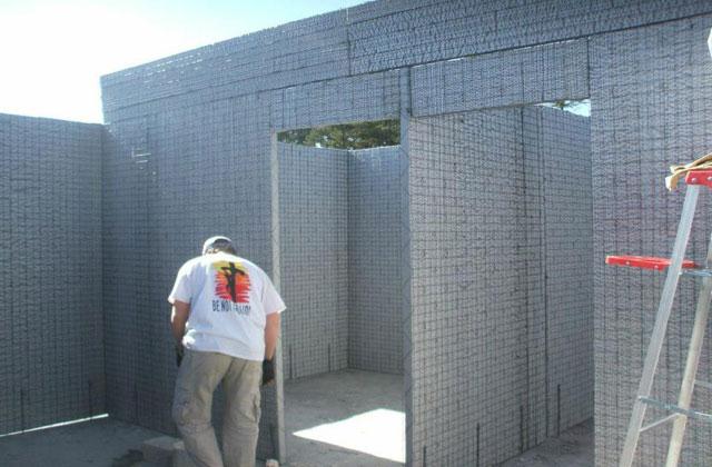 Misionero construyendo casas en una comunidad de Puebla (México).