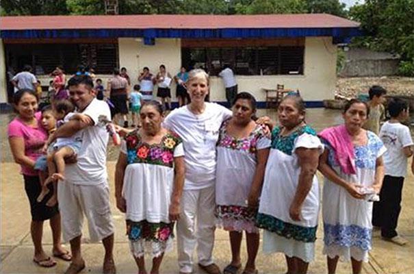 Una de las doctoras con un grupo de señoras durante las visitas médicas.