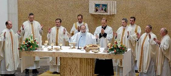 Mons. Velasio De Paolis, C.S. preside la celebración eucarística con el director general y los miembros del consejo de la Legión de Cristo. Les asisten dos de los nuevos diáconos (atrás).
