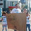 De varias maneras, las familias promovieron el rezo del Rosario en las calles.