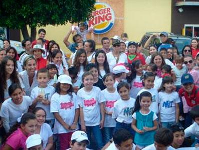 Chicos de NET y de Forzza, en Guadalajara, el día en que repartieron 5 mil rosarios.