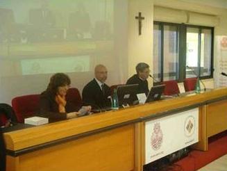 El Prof. James Giordano, de la Universidad de Oxford, ofrece su Lectio magistralis; a su lado se encuentra el P. Pedro Barrajón, L.C., rector del Ateneo Pontificio Regina Apostolorum, y la Dra. Adriana Gini.