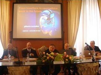 Ponentes de la mesa redonda en Viterbo: (de izq. a der.) Prof. Aurelio Rizzacasa; Prof. James Giordano; Prof. Edoardo Boncinelli; Prof. Francesco Orzi (moderador); y Prof. Gilberto Corbellini.