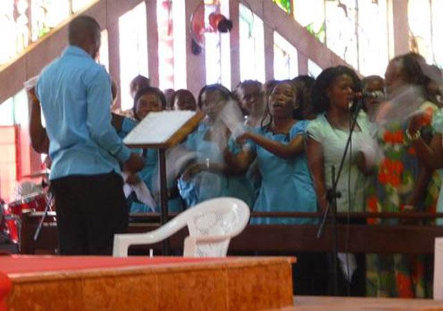 Los miembros del Regnum Christi apoyando en el coro de la parroquia.