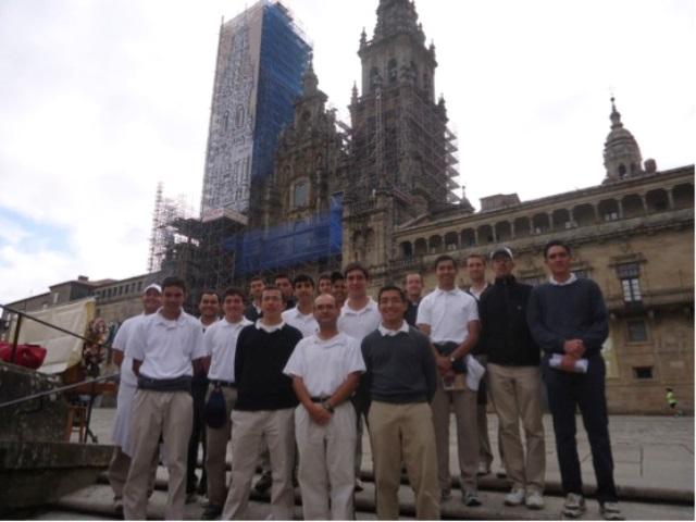 Los novicios en la fachada de la catedral de Santiago, meta de la peregrinación.