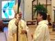 Mons. Rutilio felicita al P. Joseph al final de la ceremonia.
