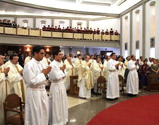 Los cuatro legionarios de Cristo durante la ceremonia de ordenación diaconal en la capilla de la Universidad Anáhuac México Norte.