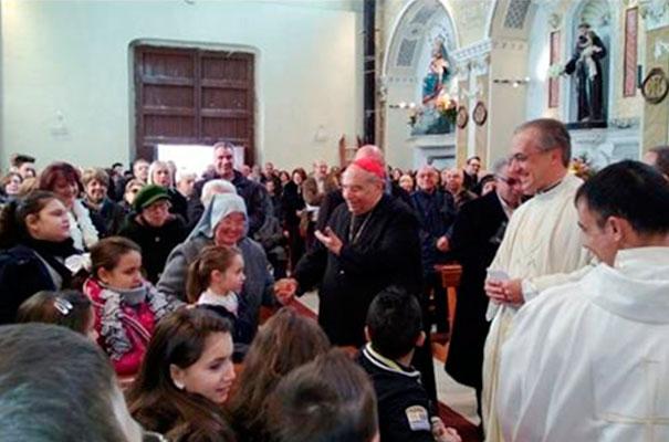 S.E. Card. Paolo Romeo y el padre Alberto saludan a los fieles presentes después de la celebración eucarística.