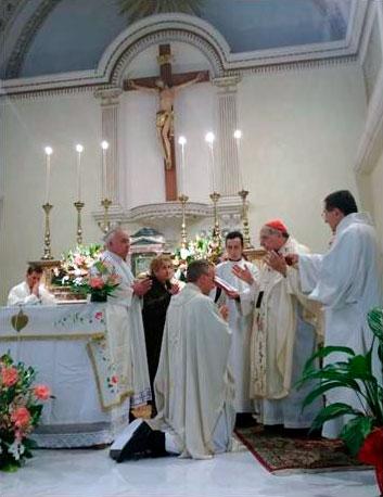 El padre Alberto emite la promesa de obediencia al obispo al asumir el oficio de párroco.