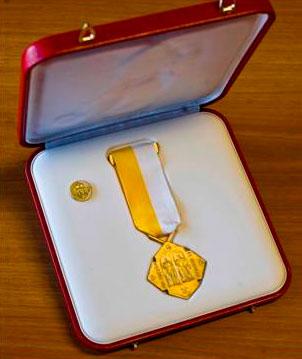 : La medalla «Pro Ecclesia et Pontifice» que recibió el padre Arturo.