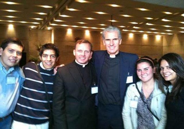 El padre Carlos y algunos de los miembros de Alpha Guadalajara con Nick