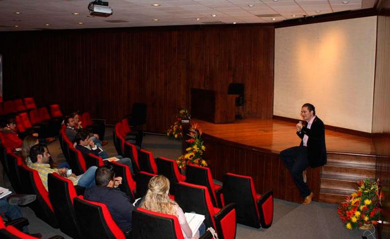 Parejas participantes en el curso prematrimonial en una de las conferencias.