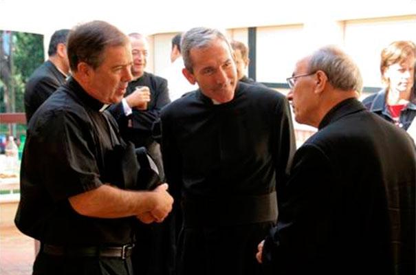 Un momento de diálogo del padre Álvaro y el padre Jesús Villagrasa con el Delegado Pontificio