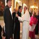 El P. Juan Sabadell, LC saluda al Papa Francisco durante la visita del Santo Padre a Caserta.