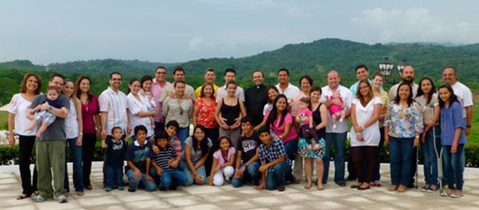 Algunas familias del Movimiento en Panamá durante una convivencia.
