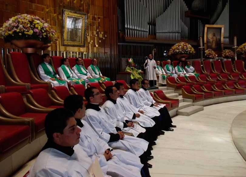 Los seminaristas de Puebla y Tlaxcala que van a Roma, durante la misa en la Basílica de Guadalupe.