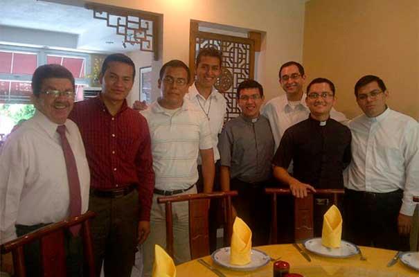 Los seminaristas de El Salvador, acompañados por el Sr. Guillermo Funes, responsable de �Logos� en el país.