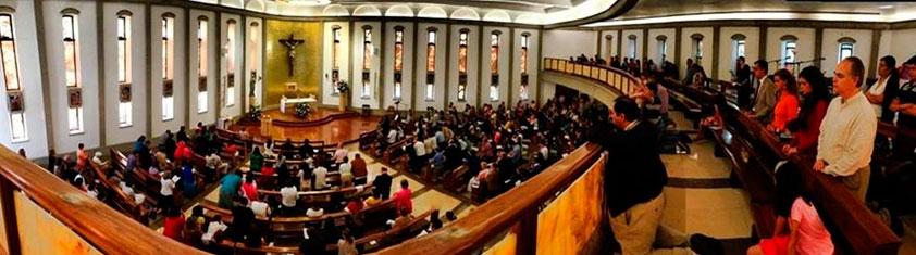 Legionarios, miembros consagrados y miembros del Regnum Christi en adoración en la capilla de la Universidad Anáhuac México Norte.