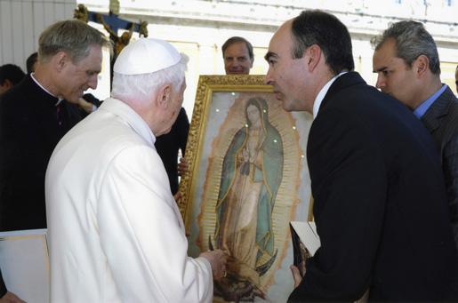 Miembros del Regnum Christi se lo presentaron al Papa en una audiencia general.
